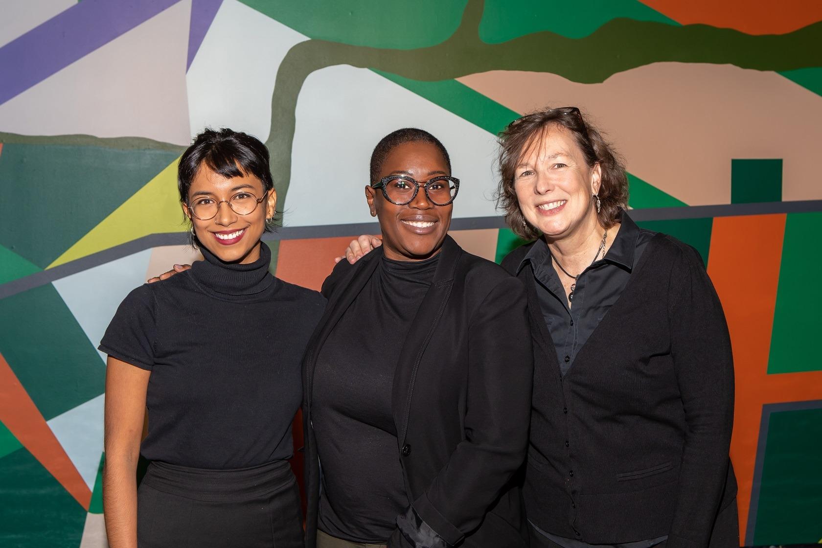 trois-femmes-vetues-de-noir-souriant