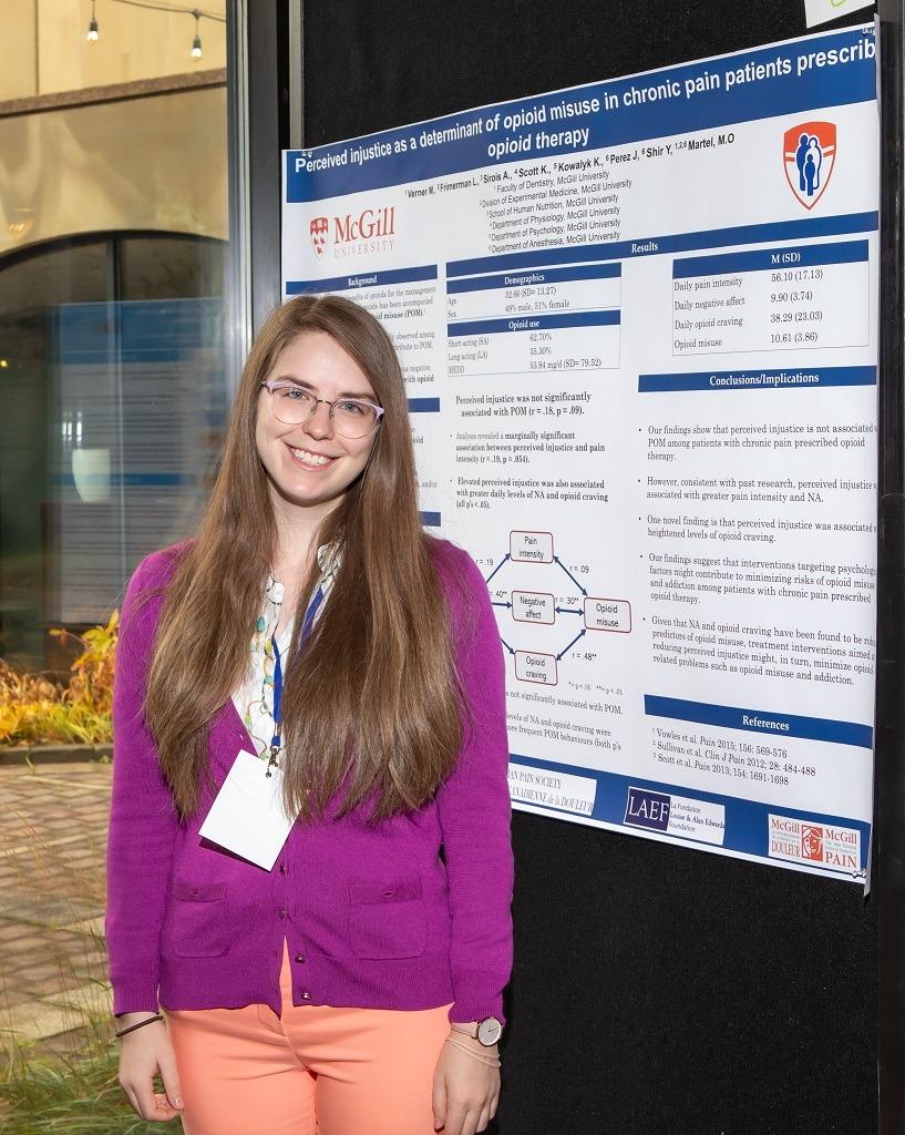 femme-souriante-devant-une-affiche-scientifique
