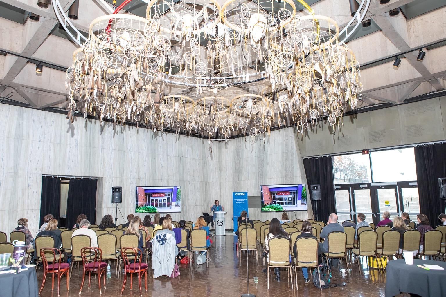 une-vingtaine-de-personnes-assises-dan-une-salle-de-conference